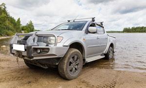 牽引出河水的汽車特寫攝影高清圖片