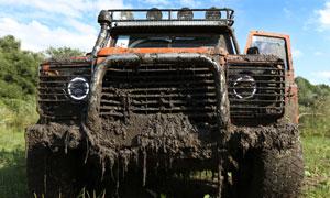 車頭掛滿爛泥的越野車攝影高清圖片