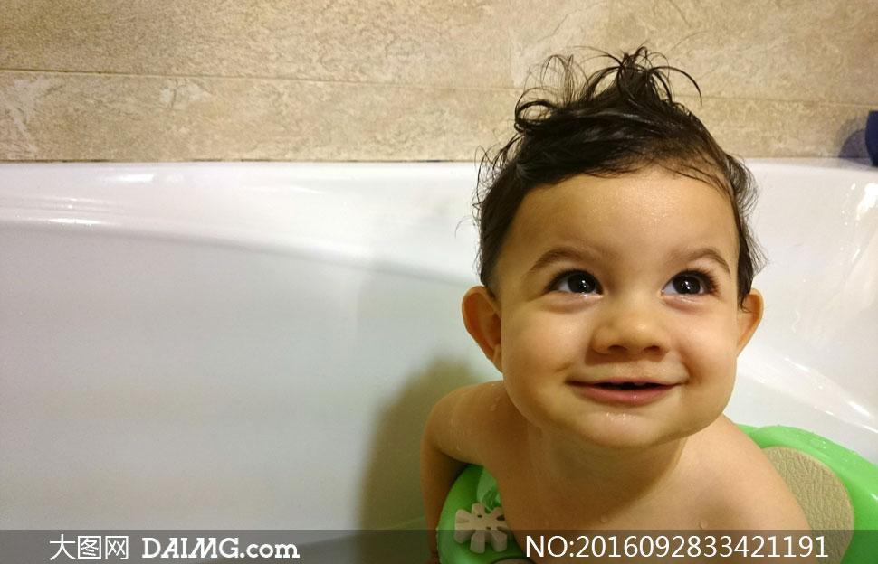 在浴缸里洗澡的小男孩摄影高清图片