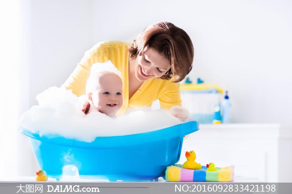 可爱小宝宝小宝贝近景特写写真洗澡洗澡盆浴盆小黄鸭