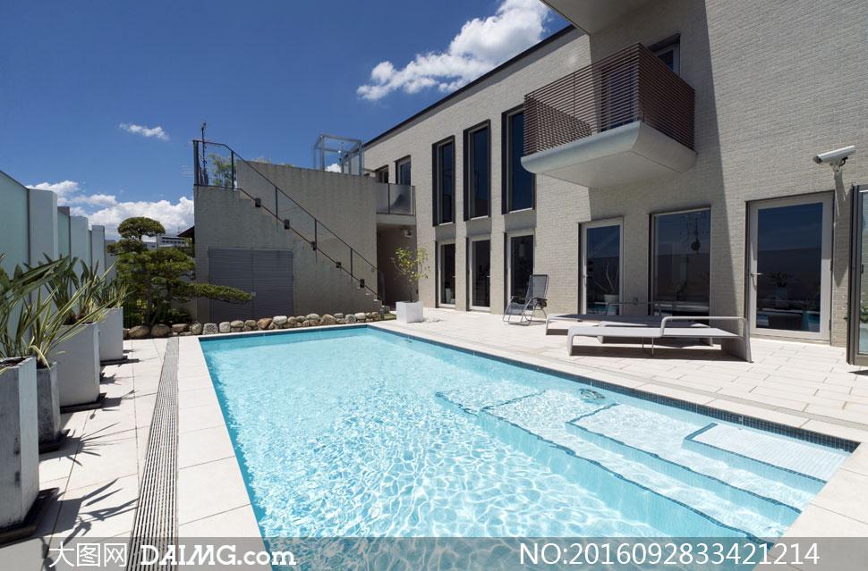 蓝天白云与别墅游泳池摄影高清图片