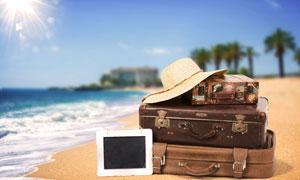 海边沙滩上的行李箱等摄影高清图片