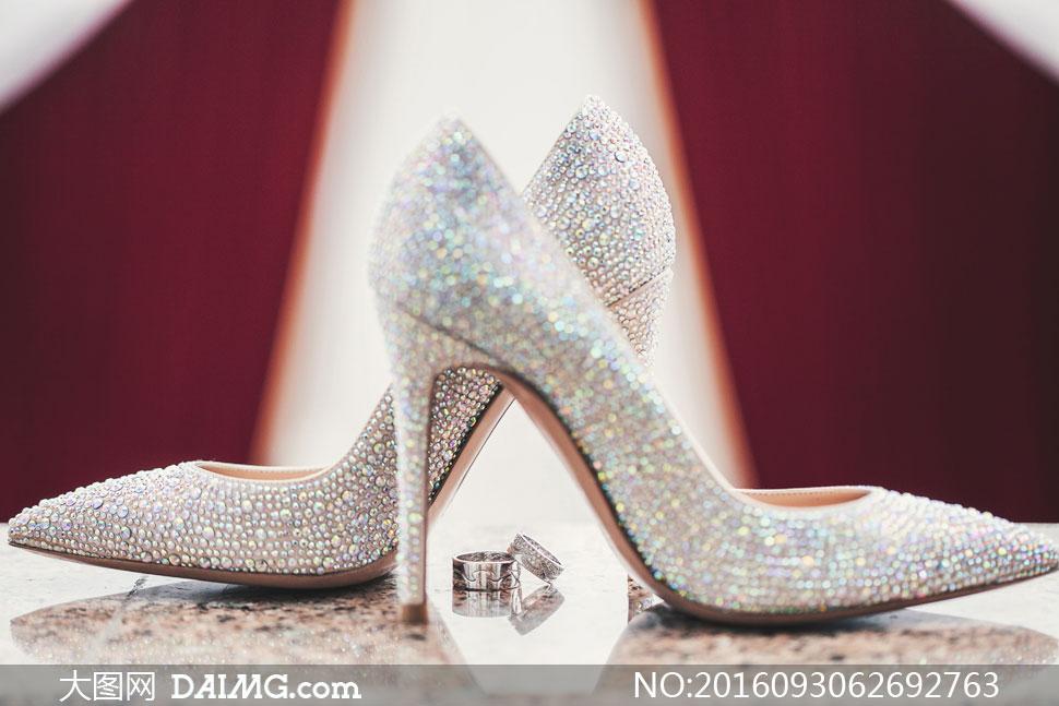 戒指与镶钻高跟鞋特写摄影高清图片