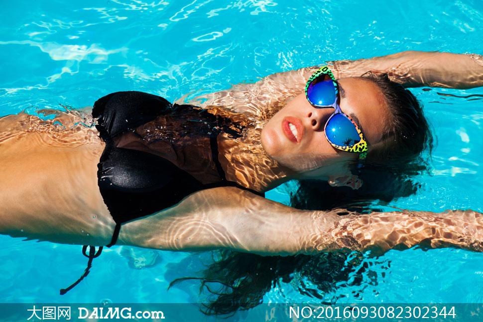 在游泳池中游泳的美女摄影高清图片