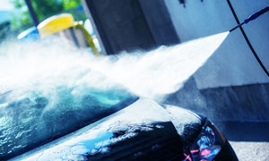 在进行清洁护理的汽车摄影高清图片