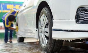 在进行清洗的白色汽车摄影高清图片