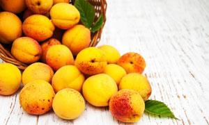 从篮子里倒出来的桃子摄影高清图片