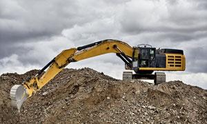 正在高处挖土的挖掘机摄影高清图片