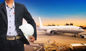 飞机与拿安全帽的工程师等高清图片
