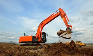 进行紧张施工作业的挖掘机高清图片