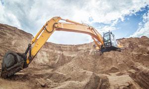 蓝天白云与工地上的挖掘机高清图片