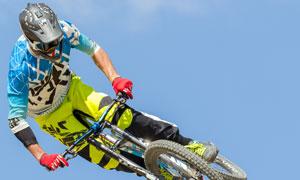 腾在半空中的越野自行车手高清图片