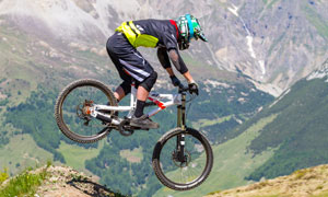 山地越野自行车手人物摄影高清图片