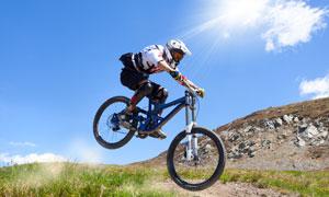 正在展示车技的自行车车手高清图片