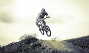 斜坡上俯冲下来的自行车手高清图片