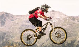 全副武装自行车手侧面摄影高清图片