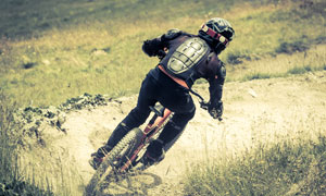 骑行在山野的自行车手摄影高清图片