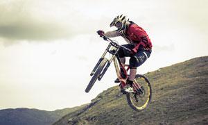 在空中逗留的自行车手摄影高清图片