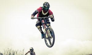 腾空而起的自行车车手摄影高清图片
