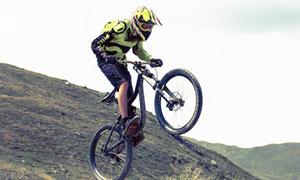 把车头高高提起的自行车手高清图片