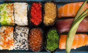 整齐摆放着的寿司微距摄影高清图片