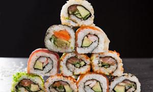 堆放成金字塔状的寿司摄影高清图片