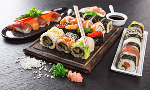 搭配有蘸料的可口寿司摄影高清图片