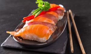 三文鱼寿司与筷子特写摄影高清图片