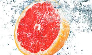 落入水中的红心柚特写摄影高清图片