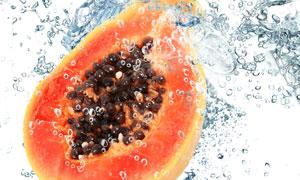 水中木瓜与激起的水花摄影高清图片