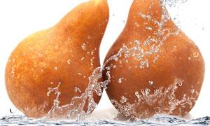 两只鸭梨与溅起的鸭梨摄影高清图片