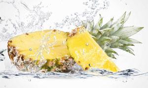 水花与切开的菠萝特写摄影高清图片