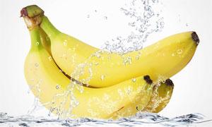 水花与没有剥皮的香蕉摄影高清图片
