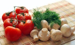 格子布上的番茄与蘑菇茴香高清图片