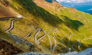 山坡上的蜿蜒盘山公路摄影高清图片