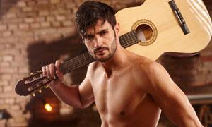 肩膀上扛着吉他的男人摄影高清图片