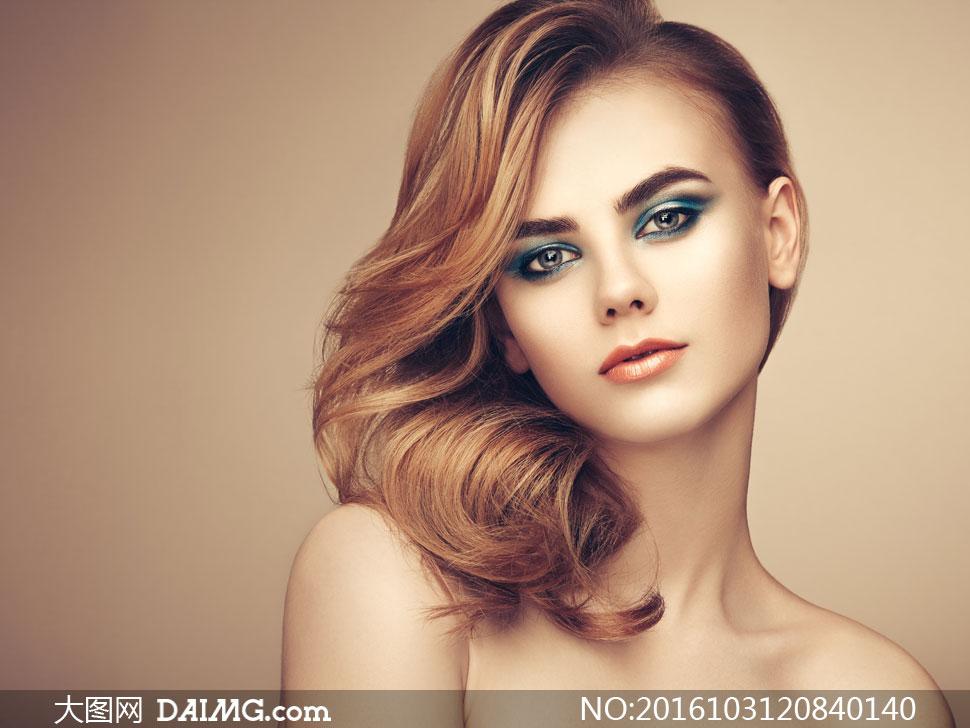 侧偏发型浓妆美女人物摄影高清图片