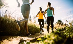 在野外跑步的一群跑者摄影高清图片