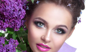 靠着丁香花的浓妆美女摄影高清图片