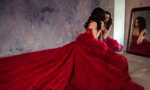 镜框前的红色长裙美女摄影高清图片