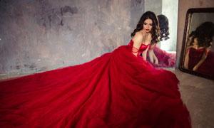 坐在镜子前的红裙美女摄影高清图片