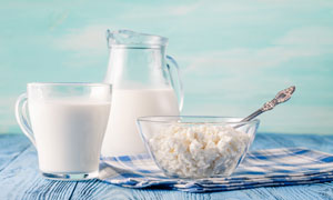 桌上的牛奶等近景特写摄影高清图片