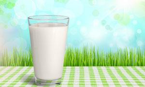 青青的草丛与一杯牛奶摄影高清图片
