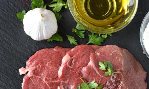 大蒜食用油与鲜肉特写摄影高清图片