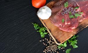 胡椒与砧板上的鲜肉等摄影高清图片