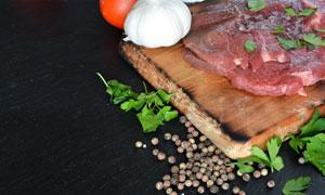 大蒜胡椒与切成薄片的鲜肉高清图片