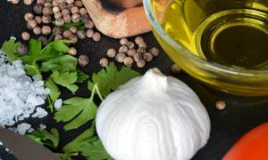 大蒜胡椒与食用油鲜肉摄影高清图片