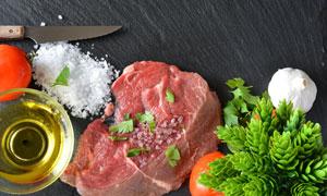 案板上的鲜肉与调味品摄影高清图片