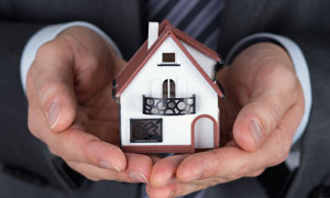 手心里的房子模型特写摄影高清图片