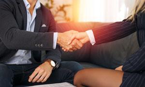 坐下来握手谈话的职场人物高清图片